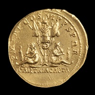 Aureus, Römisches Reich, Trajan, Gold, 114-117 n. Chr. Zwei Gefangene an einem Siegesmal. Slg. Willers 0485#002 (Rückseite). © Museen für Kulturgeschichte Landeshauptstadt Hannover.