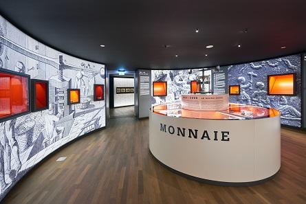 Um eine Spindelpresse herum wird die Geldgeschichte Luxemburgs präsentiert. © Tom Lucas.