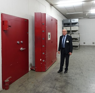 Entrance to the great vault. Size comparison: right next to it Mr Heck is standing, who was kind enough to give us a tour around the Karlsruhe Mint. We would like to take this as an opportunity to warmly thank him. Photograph: UK