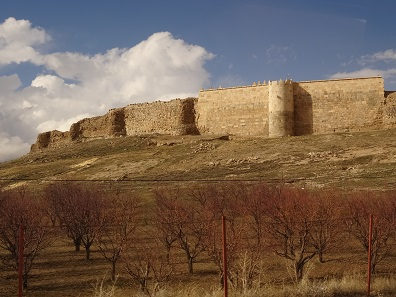 Fortification walls surrounding the fire-temple. Photo: KW.