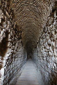 Look into a vaulted corridor - of course the result of restoration works, but of well executed ones. Photo: KW.