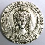 Prägemedaille 1980 für den Circolo Numismatico Filatelico di Ravenna. Vs. Kaiserin Theodora nach dem Mosaik in der Basilika S. Vitale, Rs. Ansicht der Basilika S. Vitale in Ravenna.