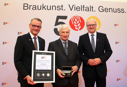 Wolfgang Wrzesniok-Roßbach (Geschäftsführer Degussa) überreicht Luitpold Prinz von Bayern den neuen Degussa-Thaler.