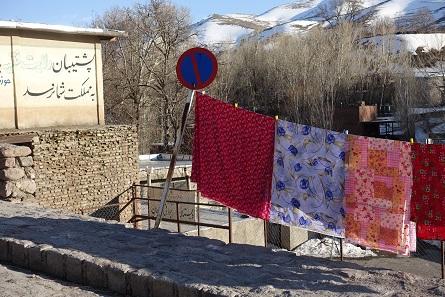Irgendwo muss die Wäsche getrocknet werden. Und wenn ein Straßenschild schon so günstig steht... Foto: KW.