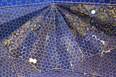 Blue with delicate golden ornamental painting. Photo: KW.