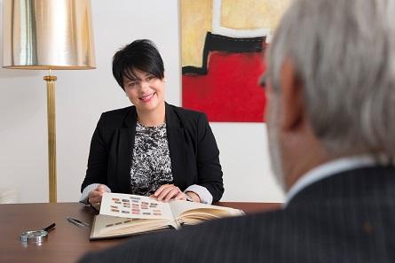 Marianne Rapp Ohmann empfängt in Wil Kunden aus aller Welt und freut sich über den Ehrentitel der Botschafterin der Stadt Wil.