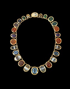Lot 493: Italy, about 1860. Golden necklace with 26 intaglios of which all except five are ancient. Intact. Estimate: 17,000 euros.