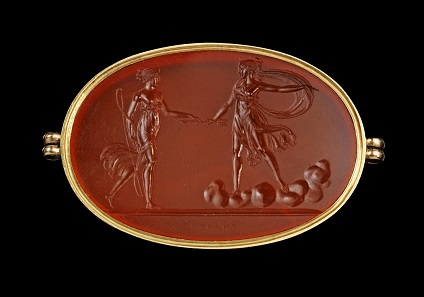 Lot 534: Large lateral oval intaglio, cornelian, mounted in a modern golden frame showing a scene between Diana and a nymph, early 19th century. Beazley Archive T1158. Intact. Estimate: 1.800 euros.