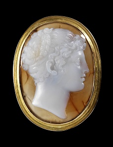 Lot 506: High oval cameo, made of agate, mounted in a modern gold frame by Jens Schleede (Berlin). Italy, early 19th century. Cf. D. Berges, Höchste Schönheit und einfache Grazie (2011) 246 Cat.No.153. Intact. Estimate: 6,200,- euros.