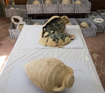 19 kleinere Amphoren wurden gefunden, randvoll gefüllt mit Münzen. Foto: © Consejería de Cultura / Junta de Andalucía.