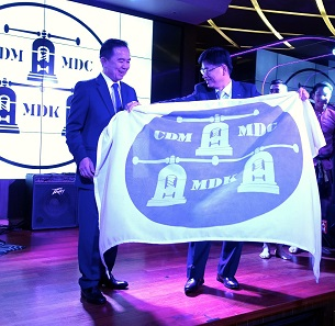 The handing over of the flag: Chakkrit Parapuntakul (l.) hands it on to the host of the upcoming MDC 2018, Hwadong Kim (r.), CEO of the Korean Minting Corporation KOMSCO. Photograph: UK.