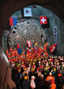 Der Durchbruch der Oströhre wird 2006 im Süden gefeiert. © AlpTransit Gotthard AG.