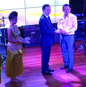 Chakkrit Parapuntakul presents the MDC Award to Pak Ling Yip of the Singapore Mint. Photograph: UK.