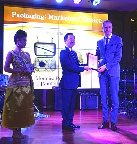 Chakkrit Parapuntakul presents the Marketers' Choice Award to the President of the Mint of Poland, Grzegorz Zambrzycki, for the best packing. Photograph: UK.