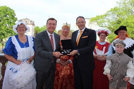 Die Überreichung des Degussa Silbermedaillen-Sets an Claus Kaminsky, Oberbürgermeister der Stadt Hanau.