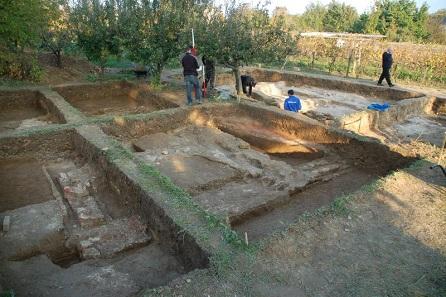 An der Ausgrabungsstelle werden die Arbeiten fortgesetzt. Foto: Dr. Norbert Pap.