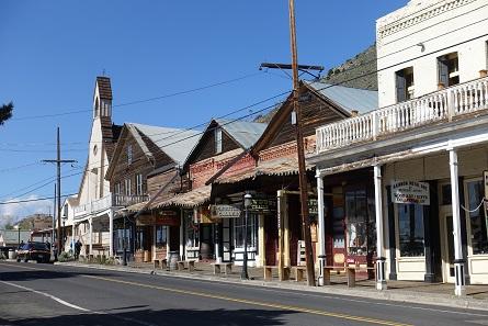 Ein Blick auf die heutige Main Street von Virginia City mit all ihren Saloons und Andenkenläden. In den 70er Jahren des 19. Jahrhunderts war hier eine Großstadt mit eigenem Opernhaus. Foto: UK.