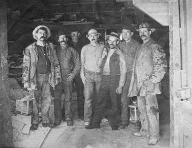 Sieben Bergarbeiter der Comstock Lode, die Originalunterschrift des Bildes lautete: Arbeiten ist Beten. Quelle: Wikipedia.