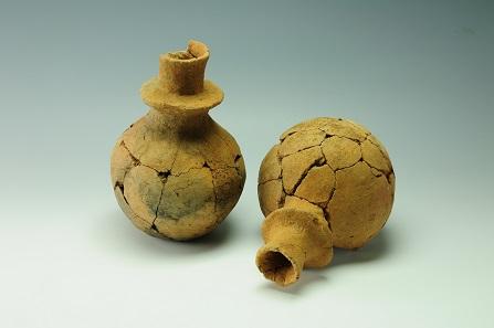 Steinfurth Kragenflaschen, 4100-2800 v.Chr., ALM 2008 584,347 & 348. Foto: LAKD M-V, Landesarchäologie, S. Suhr.