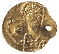 Ein Goldsolidus aus dem 6. Jh. n. Chr.Fundort: Gustebin, Foto: LAKD M-V, Landesarchäologie, S. Suhr.