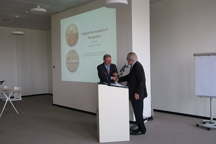 Michel Amandry presents the Honorary Medal of the French Numismatic Society to Johan van Heesch, President of the Royal Numismatic Society of Belgium. © Photograph: Royal Numismatic Society of Belgium.