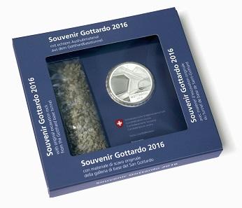Die 20 Franken-Gedenkmünze mit Gotthard-Aushubmaterial in Sonderverpackung. Foto: Swissmint.