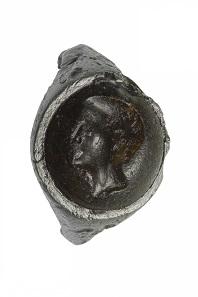 Ein besonders interessanter Fund ist ein Eisenring mit Gemme aus dem beginnenden 1. Jh. n. Chr. Die Gemme zeigt vermutlich ein Porträt von Kaiser Augustus.