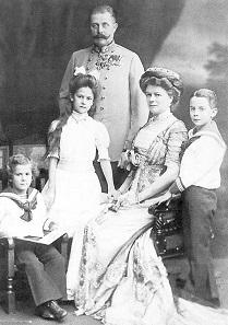 Dieses Familienfoto zeigt den Erzherzog mit seiner Frau, Herzogin Sophie von Hohenberg, und den beiden Kindern um 1908.