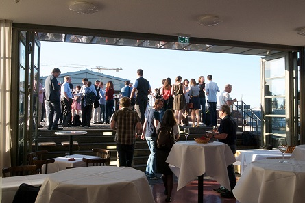 An die Preisverleihung schloss sich ein Empfang auf der Dachterasse der BBAW. Foto: Jörg Fischer.