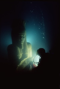 The stele of Thonis-Heracleion in situ under water. © Franck Goddio / Hilti Foundation - Photo: Christoph Gerigk.