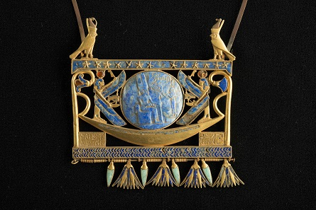 Pectoral in gold, lapis lazuli and glass paste, found in Tanis in the royal tomb of the Pharaoh Sheshonk II (c. 890 BC), Egyptian Museum, Cairo JE 72171. © Franck Goddio / Hilti Foundation - Photo: Christoph Gerigk.