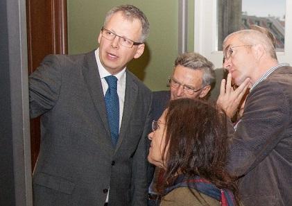 Der Direktor des Berliner Münzkabinetts, Prof. Dr. Bernard Weisser mit interessierten Besuchern.