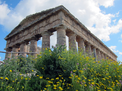 It is said, the mighty Temple of Segesta was built to impress the Athenian envoys. Photo: KW.