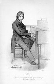 """Franz Liszt wird am 22. Oktober 1811 im damals ungarischen Raiding (heute österreichisches Burgenland) geboren und erhält schon im zarten Alter von sechs Jahren Klavierstunden beim Vater, drei Jahre später gibt er seine ersten Klavierkonzerte. Als die Familie Liszt 1822 nach Wien übersiedelt, verfeinert der junge Franz sein Können weiter im Unterricht bei berühmten Pianisten. So lernt er bei Carl Czerny, der ein Schüler Beethovens war, die Kompositionen des großen Meisters. Der Legende nach soll Beethoven sogar beim Abschiedskonzert des Wunderknaben anwesend gewesen sein. Grund für den Abschied war der Umzug der Familie nach Paris. Hier gibt Franz Liszt später selbst Klavierstunden, um nach dem Tod des Vaters den Lebensunterhalt für sich und die Mutter zu verdienen. Bei dieser Gelegenheit verliebt sich Liszt in eine adelige Schülerin, deren Vater jedoch aus Standesdünkel die Liaison strikt unterbindet. Das stürzt den jungen Musiker in eine tiefe Krise und lässt in ihm wieder den lange gehegten Wunsch aufkeimen, Priester zu werden. Stattdessen widmet er sich jedoch der Lektüre philosophischer Schriften, knüpft Kontakte zu vielen Schriftstellern und Intellektuellen seiner Zeit und schließt Freundschaften mit Musikern wie Rossini, Berlioz und Chopin. Ab 1838 beginnen die so genannten Virtuosenjahre, in denen Franz Liszt triumphale Erfolge bei Konzerten in ganz Europa feiert. Vier Jahre später wird der Künstler in Weimar zum Kapellmeister ernannt und betätigt sich zunehmend auch als Dirigent und Komponist. Hier entstehen so bekannte Stücke wie die """"Ungarische Rhapsodie"""" und die """"Faust-Symphonie"""". Im Alter von 50 Jahren studiert Liszt schließlich doch noch Theologie in Rom, um sich anschließend wieder mit großem Erfolg der Musik zu widmen. 1886 stirbt Liszt in Bayreuth und folgt so seinem drei Jahre zuvor verstorbenen Schwiegersohn Richard Wagner nach."""