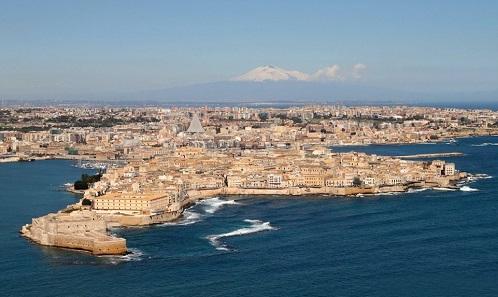 View of Syracuse from the peninsular of Ortygia. Photo: I fratelli Angelo e Biorgio Bonomo from Pomezia, Roma / Wikipedia.