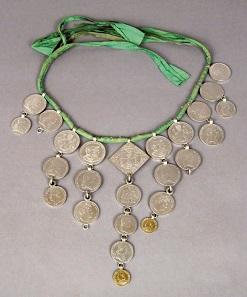Was kostet die Braut?: Sorbische Münzkette einer Braut. Bautzen 1870-1920. Museum für Sächsische Volkskunst/Staatliche Kunstsammlungen Dresden.