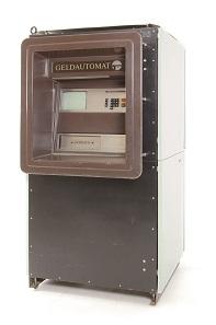 Virtuelles Geld: DDR-Geldautomat. 1986. Ostsächsische Sparkasse, Sparkassenmuseum Dresden.