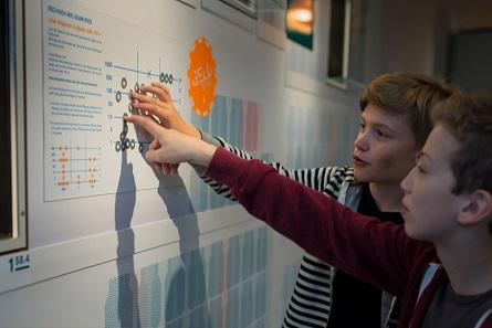An Stationen mit orange-farbenen Plaketten sind Kinder und Jugendliche gefordert, in einem Quizbogen Fragen zur Ausstellung zu beantworten.