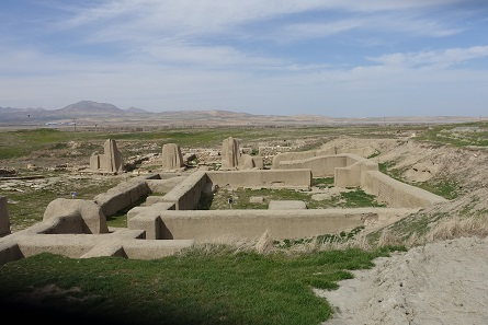 Overview of the ruins of Hasanlu as you see them today. Photo: KW.