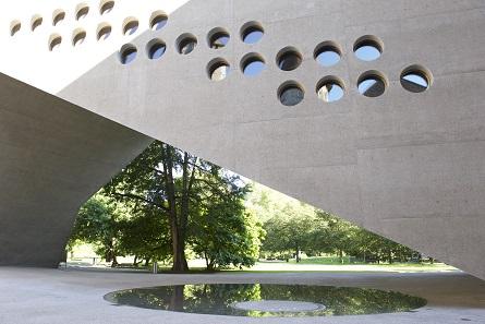Blick vom Gartenhof auf die Brücke mit Wasserspiel. © Schweizerisches Nationalmuseum.