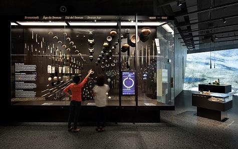 Die Technologie-Explosion der Bronzezeit, gespiegelt in der Anordnung der Objekte. © Atelier Brückner. Foto: Daniel Stauch.