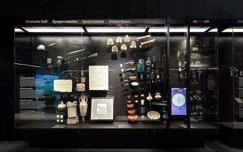 Die römischen Objekte, angeordnet zwischen mit Münzen gelegten Straßen. © Atelier Brückner. Foto: Daniel Stauch.