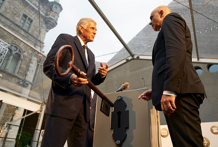 Gustave E. Marchand, Director of the Federal Office of Buildings and Logistics, hands the keys of the new museum wing over to Federal Coucillor Alain Berset.
