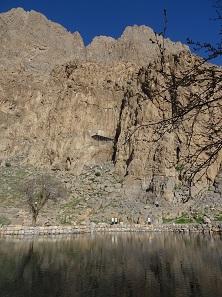 Ein Blick auf die gigantische Felswand. Und ja, wenn man weiß, wo es ist, kann man das Relief schon erahnen. Foto: KW.