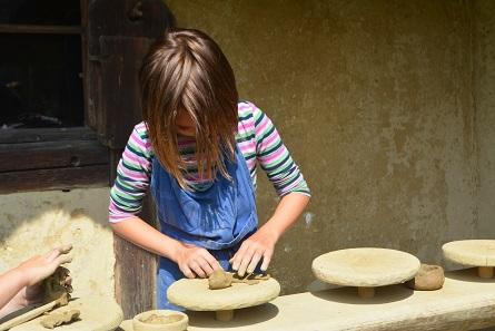 Im Keltendorf Mitterkirchen können Jung und Alt an einer Vielzahl von Workshops teilnehmen. Foto: Keltendorf Mitterkirchen.