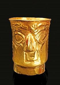 Los 190: Zylindrischer Kopfbecher aus getriebenem Goldblech. Peru, Inka. Ca. 1470-1535 n. Chr. Taxe: 7.500 EUR.