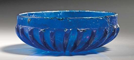 Los 507: Rippenschale aus blauem Glas. Römisch, spätes 1. Jh. v.-1. Jh. n. Chr. Taxe: 1.500 EUR.