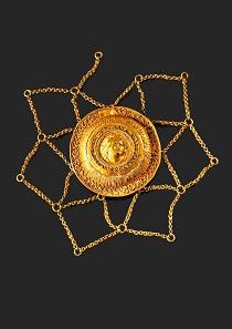 Los 1080: Goldenes Haarnetz mit Reliefmedaillon. Griechisch, Ende 4. Jh. v. Chr. Auf Plexiplatte montiert. Gold. Taxe: 10.000 EUR.