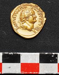 Unter den Fundstücken waren auch Goldmünzen wie dieser Aureus des Titus. Foto: UFFICIO STAMPA Soprintendenza Pompei.