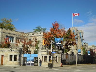 Das Eingangsportal der Royal Canadian Mint auf den Sussex Drive in Ottawa, Ontario, erinnert an eine mittelalterliche Burg. Doch die Sicherheitsmaßnahmen werden zur Zeit hinterfragt. Foto: Skeezix1000 / http://creativecommons.org/licenses/by-sa/3.0